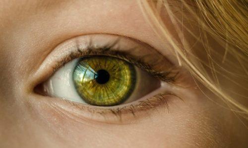 金髪女性の目の接写