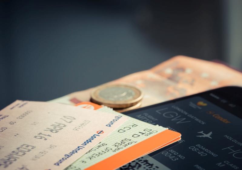 飛行機のチケットの上にコインがのっている